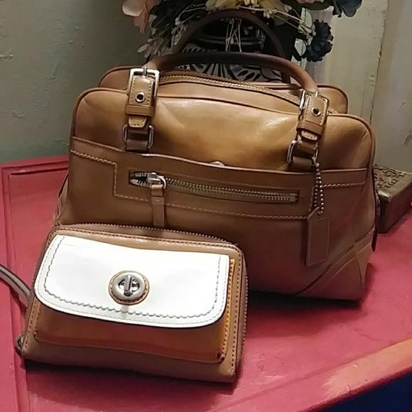 Coach Handbags - Vintage Coach satcgel and turn lock wristlet